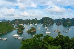 与巡航小船的美丽如画的下龙湾风景 免版税库存图片