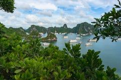 与巡航小船的美好的下龙湾风景 免版税库存照片
