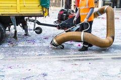 与工业吸尘器的清道夫 市政清洁服务,干净的街道 免版税库存图片