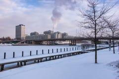 与工业尾气的北都市风景 免版税库存照片
