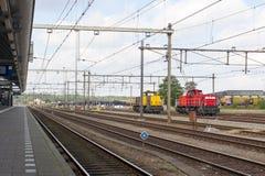 与工业机车的被放弃的火车站 库存图片