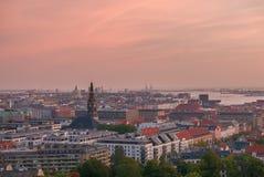 与工业港口区域的哥本哈根地平线在日出 库存照片