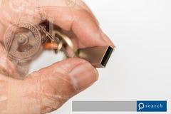 与工业machin的手举行USB闪光推进两次曝光 库存图片