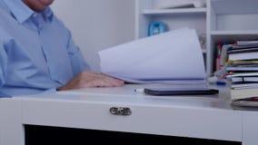 与工作在办公室的经理的模糊的照片浏览认为的记数器页 影视素材