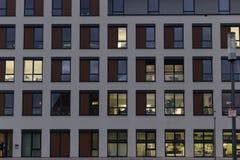 与工作组窗口门面的办公楼  免版税库存图片