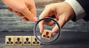 与工作者的图片的木块 商人或CEO去除/遣散雇员 在队内的管理 库存照片