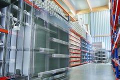 与工作者的明亮的现代仓库存贮委任在更加蓝色的行动 库存图片