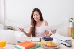 与工作问题的亚洲妇女自由职业者翻倒的在我的膝上型计算机 免版税库存图片