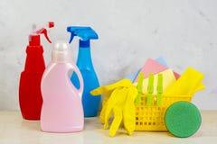 与工具和产品的清洗的成套工具在家 库存照片