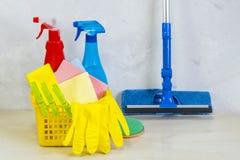 与工具和产品的清洗的成套工具在家 免版税库存照片