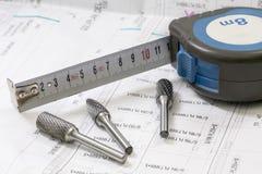 与工具和测量的磁带,轮盘赌,特写镜头的建筑图纸 rext的地方 免版税库存图片