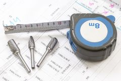 与工具和测量的磁带,轮盘赌,特写镜头的建筑图纸 rext的地方 免版税库存照片