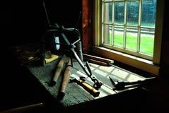 与工具的古板的工作台 库存图片