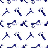 与工具的无缝的传染媒介样式 递剪影与锤子、螺丝、坚果和板钳的被画的背景在白色背景 免版税图库摄影