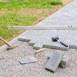 与工具的石头块为铺放下背景 Hausework建筑师概念 图库摄影