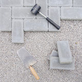 与工具的石头块为铺放下背景 Hausework建筑师概念 库存照片