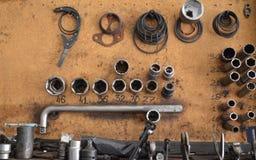 与工具的立场为汽车修理 免版税库存图片