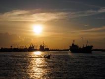 与工厂海边的微明是美好的风景 库存图片