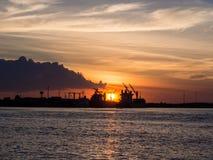 与工厂海边的微明是美好的风景 免版税库存图片