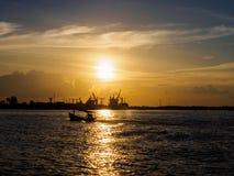 与工厂海边的微明是美好的风景 免版税库存照片