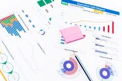 与工商业票据,笔,办公室固定式po的办公桌桌 免版税库存照片