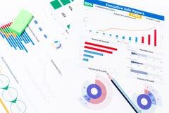 与工商业票据,笔,固定式的办公室的办公桌桌 免版税库存图片