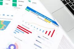 与工商业票据,笔,固定式的办公室的办公桌桌 库存图片