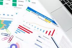 与工商业票据,笔,固定式的办公室的办公桌桌 图库摄影