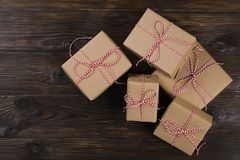 与工艺礼物盒的圣诞节背景在木背景 免版税图库摄影