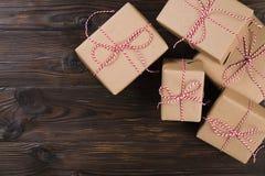 与工艺礼物盒的圣诞节背景在木背景 免版税库存图片