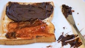 与巧克力传播的鲜美面包多士和草莓酱 免版税库存照片
