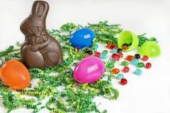 与巧克力兔宝宝和软心豆粒糖的复活节背景 免版税库存照片