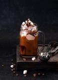 与巧克力冰淇凌和蛋白软糖的被冰的咖啡 免版税库存图片