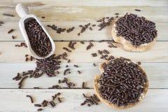 与巧克力冰雹,荷兰Hagelslag的面包干,在木桌上 库存照片