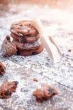 与巧克力切片的曲奇饼洒与糖粉和一把木量匙 免版税库存图片