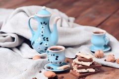 与巧克力块的咖啡具 免版税库存图片