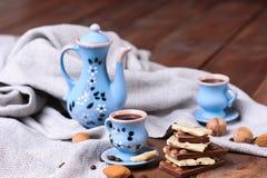 与巧克力块的咖啡具 免版税库存照片