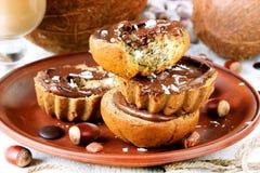 与巧克力坚果和椰子芯片的香蕉蛋糕 免版税库存照片