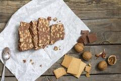 与巧克力坚果和饼干的自创蛋糕 免版税库存照片