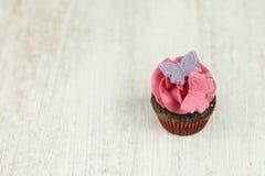 巧克力和莓微型杯形蛋糕 免版税库存图片