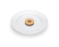 与巧克力填装的说谎的一个曲奇饼在一块白色板材 库存照片