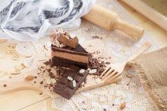 与巧克力奶油和巧克力块的巧克力蛋糕切片 Cak 库存图片