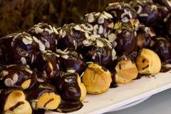 与巧克力奶油和杏仁芯片的Profiteroles 免版税库存照片