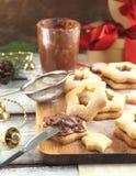 与巧克力奶油的圣诞节曲奇饼 库存照片