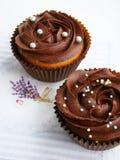 与巧克力奶油的巧克力杯形蛋糕 免版税图库摄影