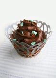 与巧克力奶油的巧克力杯形蛋糕 库存照片