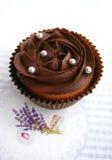 与巧克力奶油的巧克力杯形蛋糕 免版税库存图片