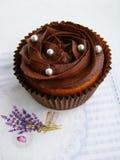 与巧克力奶油的巧克力杯形蛋糕 库存图片