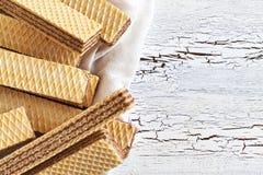 与巧克力奶油的薄酥饼饼干 库存图片