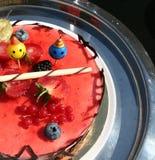 与巧克力底部和草莓奶油甜点的特制的糕饼 库存照片